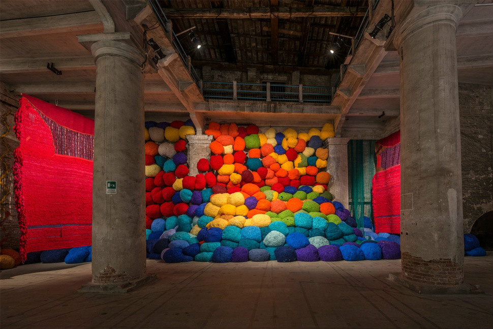 venedik bienali - sheila Hicks - Escalade Beyond Chromatic Lands